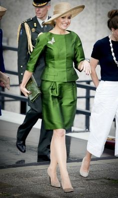 Queen Maxima turned heads in a vibrant green skirt suit at a conference on Saturday. Nice Dresses, Dresses For Work, Color Blocking Outfits, Royal Clothing, Mature Fashion, Queen Maxima, Estilo Retro, African Wear, Royal Fashion