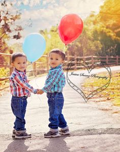 Children Portraits #sanantoniophotographer #childrenportraits #boyportraits #3yearoldportraits #outdoorportraits #twins #balloons