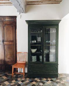 European Home Decor – Best Puzzles, Games, Ideas & Painted Hutch, Painted Furniture, Home Furniture, Home Interior, Interior And Exterior, Interior Decorating, Interior Design, Green Cabinets, Cupboards