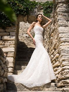 Celočipkované svadobné šaty zdobené jemným opaskom