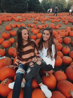 Pin by skylin willoughby on besties Cute Fall Pictures, Cute Friend Pictures, Best Friend Photos, Fall Photos, Fall Pics, Bff Pics, Tumblr Fall Pictures, Fall Couple Photos, Fall Friends