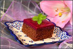 Składniki: ciasto: 1 tabliczka czekolady mlecznej 50 ml mleka 10 dkg mąki 1/2 szklanki cukru 3 jajka 1,5 łyżeczki proszku do pieczenia 2 łyżki kakao 2 łyżki kawy rozpuszczalnej masa porzeczkowa: 1/…