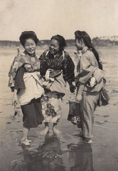 ∴ Trios ∴ the three graces, sisters, triplets & groups of 3 in art and vintage photos - 1914 Japan Nagoya, Osaka, Japanese History, Japanese Culture, Vintage Pictures, Old Pictures, Geisha, Photos Du, Old Photos