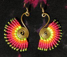 Orecchini in macramè con perline e filo di ottone e fili colorati - orecchini fatti a mano con colori caldi fluorescenti