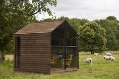 """Casas de campo pequeñas para grandes historias La casita mide 3 x 3 metros (""""el mismo tamaño que mi primera tienda en Nottingham"""", cuenta Smith), es de madera, y la idea de sus creadores fue situarla en lo alto de un monte o bosque, para disfrutar de las vistas."""