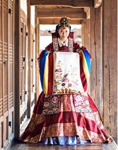한복 Hanbok : Korean traditional clothes[dress]    A bride's hanbok worn at a traditional Korean wedding.