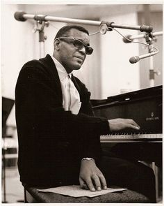 Ray Charles Reading Braille with his left hand..Using his right hand to Plano piano and sing!! NEVER COMPLAINING!