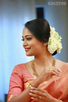 Popular South Indian Bridal Hairstyles for 2019 - fashionist now Engagement Saree, Engagement Dresses, Indian Bridal Hairstyles, Bride Hairstyles, Arrangements Ikebana, Floral Arrangements, Peach Color Saree, Lehenga, Christian Bridal Saree