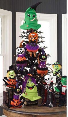 RAZ Black and Bling Halloween Tree.  So cute!!  I might have to start doing a Halloween tree!!  I love Trendytree!!