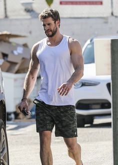 Liam Hemsworth Source — [HQ] Liam leaving the gym on Friday morning. Hemsworth Brothers, Just Beautiful Men, Cute White Boys, Cute Teenage Boys, Men Style Tips, Attractive Men, Chris Hemsworth, Handsome Boys, Celebrity Crush