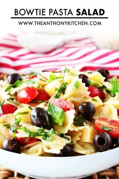 Italian Bowtie Pasta Salad with creamy Italian dressing and Parmesan is perfect for lunches, parties and BBQ side dishes! A light and healthy recipe!! Potluck Dishes, Potluck Recipes, Side Dish Recipes, Food Dishes, Side Dishes, Pasta Dishes, Creamy Pesto Pasta, Pesto Pasta Salad, Pasta Salad Italian
