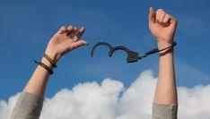 Erfahre wie du belastende und einschränkende Glaubenssätze ändern und in ein freiereres, glücklicheres und selbstbestimmteres Leben aufbrechen kannst