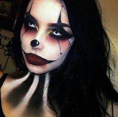 Looking for for inspiration for your Halloween make-up? Navigate here for creepy Halloween makeup looks. Maquillage Halloween Clown, Halloween Makeup Clown, Fröhliches Halloween, White Contacts Halloween, Girl Clown Makeup, Evil Jester Halloween Costume, Clown Costume Women, Circus Halloween Costumes, Creepy Clown Makeup