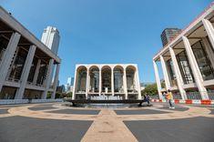 A Metropolitan Opera de Nova York (Foto: Getty Images)  A Metropolitan Opera de Nova York - ou Met Opera -, anunciou nessa quarta-feira a decisão de cancelar toda a temporada 2020-21 (até setembro do ano que vem) da companhia por conta da pandemia do novo coronavírus. Essa é a pior crise sofrida em 137 anos de história da Met Opera, que também funciona como um termômetro para os teatros e casas de show da cidade. A casa está fechada de