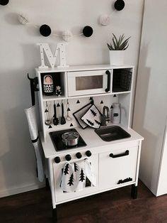 Cocinita decorada en blanco y negro
