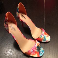 ❤️❤️SALE❤️❤️--NWOT! MOSSIMO 4inch Heels NWOT! MOSSIMO 4 inch Heels! Never worn! Beautiful floral pattern. Excellent condition! Mossimo Supply Co Shoes Heels