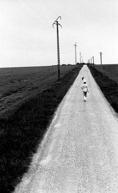 Il lontano fragore della parata si arrese a quell'inconsistente cammino…   Photo Robert Doisneau, The Cheerleader Highway Pithiviers, 1973