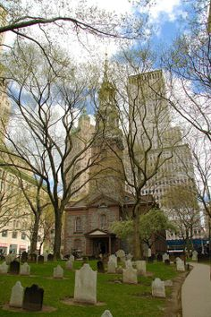 Paul's Chapel, New York - The only remaining colonial era church in NY. Washington walked here after his inauguration and prayed for the nation. A New York Minute, Places In New York, I Love Nyc, New York City Travel, Cathedral Church, Old Churches, Place Of Worship, Best Cities, Beautiful Places