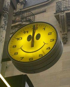 Smiley is telling time. Sara Smile, Happy Smile, Make You Smile, Happy Faces, Smile Wallpaper, Yellow Submarine, The Time Is Now, Mellow Yellow, Vintage Yellow