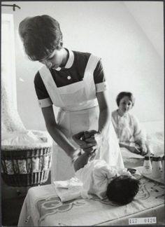 Er is heel wat veranderd! - My Bilder Old Photos, Vintage Photos, Used Cloth Diapers, Vintage Nurse, Retro Kids, Diaper Rash, Nurse Life, The Good Old Days, Childhood Memories
