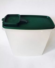 TUPPERWARE 1588 STORE N POUR CEREAL SNACK KEEPER CONTAINER W/GREEN LID 20 CUP
