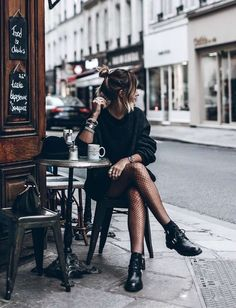 How to Pull Off a Stunning All Black Look - Fashion moda Look Fashion, Fashion Blogger Style, Womens Fashion, Fashion Trends, Fashion Black, 90s Fashion, Daily Fashion, Trendy Fashion, Dress Fashion