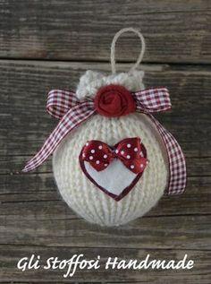 Palline di Natale fatte a maglia con roselline in tessuto e cuori in pannolenci e feltro, in stile country. Puoi trovarle anche nel mio shop su alittleMarket.it