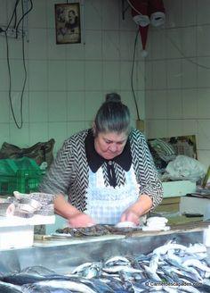 Marchand-poisson-Mercado do Bolhao Porto Portugal, Blog Voyage, Lithuania, Europe, Cuba, Greece, Escapade, Travel, Shopping