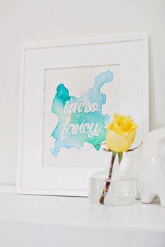 A beautiful mess. Eine herrliche Sauerei. Genau darauf muss man Lust haben, wenn man dieses DIY für die heimische Wand zaubern möchte. Denn man muss sich was trauen und ein wenig mit den guten alten Wasserfarben rumschieren oder besser noch mit Aquarellfarben. Aber jetzt mal zu den Details. Das braucht ihr Aquarellpapier Aquarellfarben einen guten …