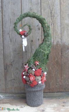 A Grincs egy gonosz kobold.. nem szereti a karácsonyt! Minden évben ellopkodja a gyerekek ajándékát a fa alól, hogy így szabotálja az ünnepet. Ez a vidám, játékos fa a Grincs megtévesztésére szolgál, hogy ez alatt keresgélje az ajándékot és így a gyerekek öröme védve legyen. :) ...ha egy kis finom sütit is a fácska mellé teszel, még az is lehet, hogy a Grincs végül megkedveli ezt az igazán kedves ünnepet.  A fenyőfa kaspója újrahasznosított konzerves doboz, amit kötött anyaggal vontam be…