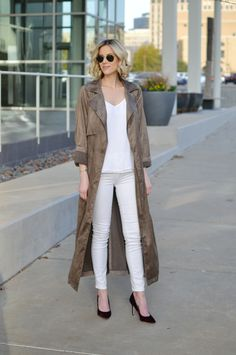 suede duster coat with all white outfit and velvet heels