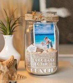 10 DIY Foto-Ideen: SO könnt ihr eure Bilder kreativ in Szene setzen! I need to do this with ouyr fishing pic. DIY Foto-Ideen: SO setzt ihr eure Bilder kreativ in Szene Seashell Crafts, Beach Crafts, Diy And Crafts, Crafts Cheap, Summer Crafts, Yarn Crafts, Beach Memory Jars, Beach Jar, Beach Mason Jars