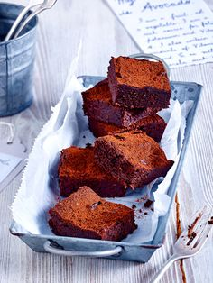 Die super schokoladen Brownies werden ganz ohne Mehl gebacken. Der Clou am Teig sind aber vor allem die Avocados. Saftiger geht ein Kuchen nicht!