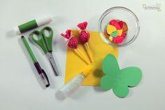 """Na próxma semana comemoramos o dia da criança no Brasil e já posso imaginar que muitos """"arteiros"""" estão em busca de artesanatos para esse dia. Por isso hoje vamos ensinar a vocês como fazer uma lembrancinha com borboletas para uma festa infantil ou para esse dia das crian&"""