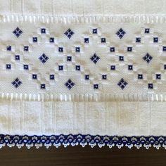 Toalha lavabo marca dohler bordada com ponto reto, pérolas e guipir.  Confeccionamos em conjunto (rosto e lavabo) ou separadamente, e na cor desejada.