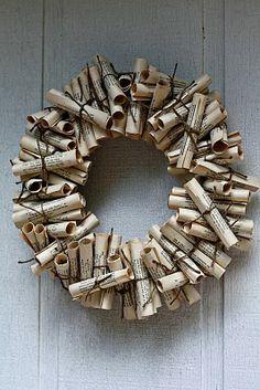 Une couronne composée avec des rouleaux de pages de vieux livres.