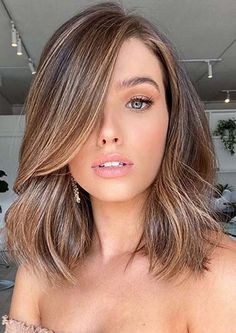 Wanna wear unique mid length haircuts to show off the best features of your personality nowadays? If yes then see here latest ideas of medium haircuts with balayage shades and highlights. This is one of the best hair cuts for ladies to try in 2020. Fall Blonde Hair Color, Fall Hair Colors, Hair Color For Black Hair, Brown Hair Colors, Bright Blonde, Hair Colour, Spring Colors, Red Hair, Dark Hair