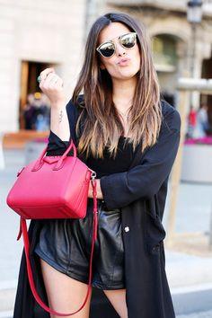 All black with a red bag. Antigona Mini, Givenchy Antigona, Red Bags, Cloth Bags, Cropped Tank Top, Sensual, Love Fashion, Fashion Guide, Casual Chic