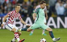 A Seleção Nacional está nos quartos de final do Euro-2016. Portugal venceu, este sábado, a Croácia, em Lens, por 1-0, após prolongamento. O jogo foi decidido aos 117 minutos, com Quaresma a bater S…