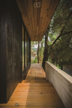 the-black-cabin-by-revolution-architects-04