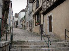 Châteaudun : Ruelle pavée en pente (rue Saint-Lubin) de la vieille ville bordée de maisons