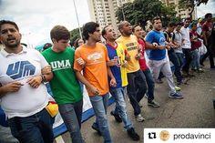 Gracias a @prodavinci y @yormanguerrero  por la nota que hicieron de nuestra protesta del pasado #3N.  Se las comparto a todos por esta vía:  #Repost @prodavinci with @repostapp  Movimiento estudiantil: el factor rebelde de la oposición; por Yorman Guerrero / Fotografía por @giomascetti | @rmtf  A la veintena de jóvenes encargados de desplegar el afiche les costó media hora lograr que los capitanes del ala radical de la Mesa de la Unidad Democrática (MUD) que acudieron a la movilización…