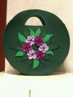 Name: Grün-lila-pink-floral-Lady-Filztasche-model. Diy Arts And Crafts, Hobbies And Crafts, Felt Crafts, Gift Wrap Box, Felt Sheets, Free Motion Embroidery, Handbag Patterns, Patchwork Bags, Crafty Craft