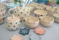 """54 Me gusta, 4 comentarios - Tienda Alegría (@latiendialegre) en Instagram: """"Puede ser más lindo éste juego de té???  #teatime #ceramic #handmadewithlove"""" Ceramic Tableware, Ceramic Mugs, Ceramic Pottery, Ceramic Art, Stoneware, Pottery Sculpture, Cute Mugs, Ceramic Painting, Cold Porcelain"""