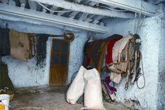Aperos de labranza en el interior de una casa alpujarreña./ Javi Callejas