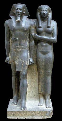 Díada de Micerinos, IV Dinastía, Museo de Bellas Artes de Boston. Realizada con esquisto, de tamaño medio. Obra inacabada de bulto redondo.