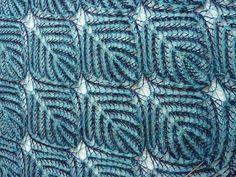 Двусторонняя двухцветная шаль вяжется из нитей двух цветов.