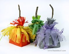 Puedes ver un tutorial de cómo hacer estas bolsas-escoba en nuestro blog (blog.fiestafacil.com) y nuestra revista online - www.fiestafacil.com.