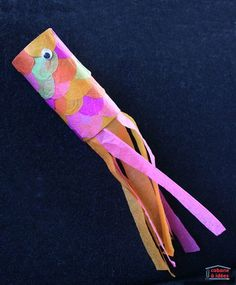 Ces petits poissons sont vraiment très simples à fabriquer et vos enfants joueront avec pendant des heures, une fois que la colle sera bien sèche. Il faudra peu de matériel et je suis sûre que vous avez déjà tout chez vous. Surtout, on peut les décorer de mille et une manières et si nous avons choisi de les orner avec du papier de soie de toutes les couleurs, vous pourrez opter pour du papier crépon, du papier journal, du papier d'alu, des feutres, de la peinture... Si vous avez vou...