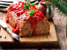 Made with Panko bread crumbs, fresh parsley and deliciously spiced topping, thie meatloaf is crusty and crispy on the outside and deliciously juicy and tender on the inside. Meatloaf Recipe With Panko, Vegan Meatloaf, Easy Meatloaf, Traditional Meatloaf Recipes, Tin Foil Meals, Nut Loaf, Vegetarian Cookbook, Vegetarian Entrees, Panko Bread Crumbs